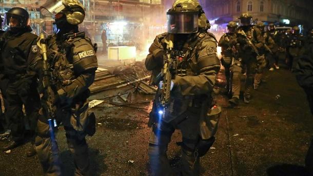 polizei-rueckt-mit-sturmgewehren-ins-hamburger-schanzenviertel-